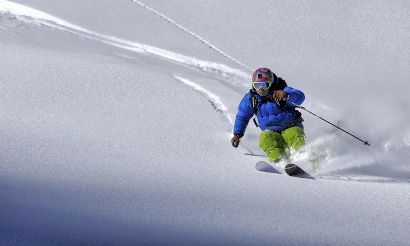 Skifahrer am Pulvern